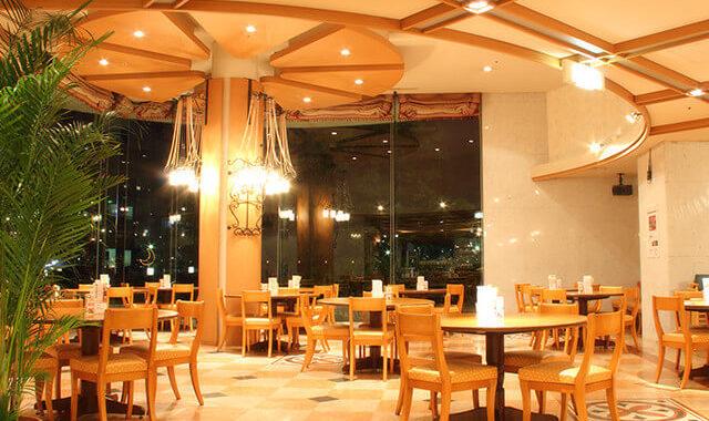 レストラン店内(夜)